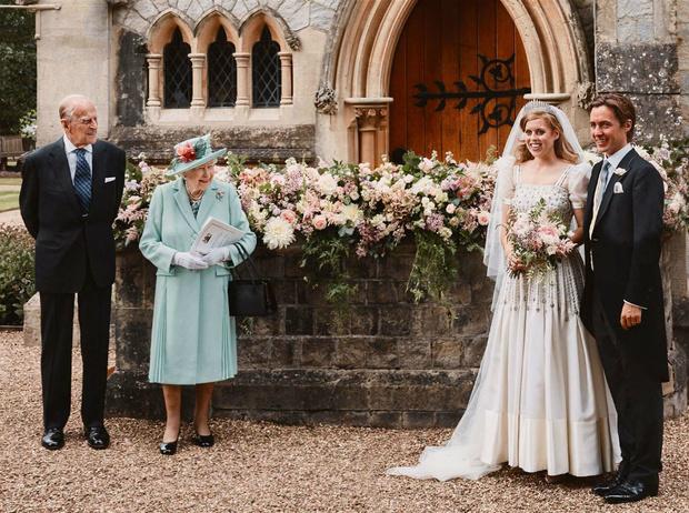 Фото №2 - Первый поцелуй мужа и жены: самое романтичное фото со свадьбы принцессы Беатрис