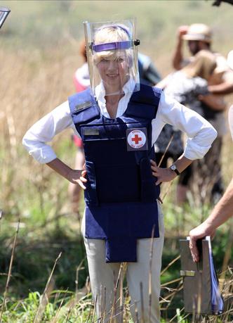 Фото №27 - Оригинал и копия: культовые наряды принцессы Дианы, которые повторили в кино