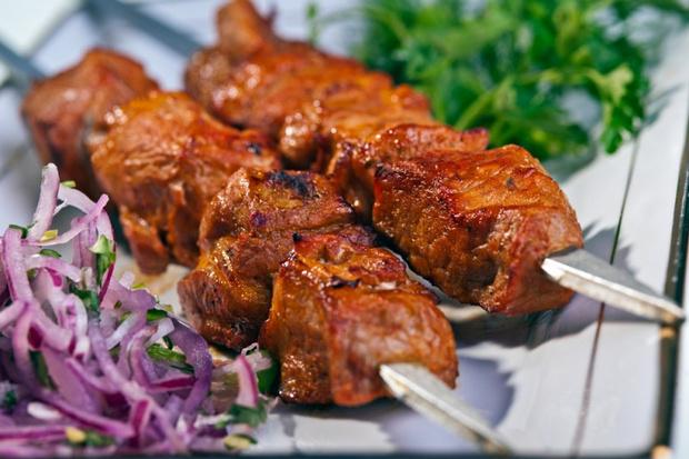 Шашлык из свинины в маринаде из киви. Ингредиенты: свиная шейка ... | 413x620