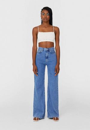 Фото №2 - Гид по самым модным джинсам: зима 2021