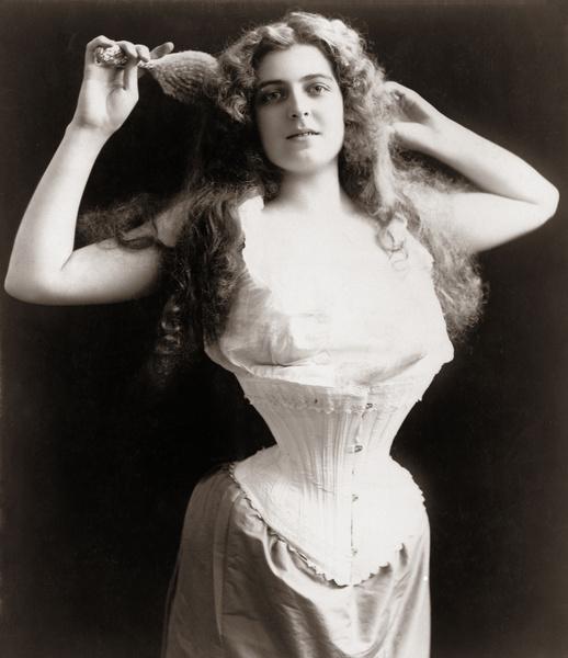Фото №1 - Ядовитые платья, «хромые» юбки, корсеты-душегубы и другие наряды, из-за которых погибали женщины