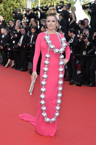 Фото №9 - Бараньи рога, ананас в кустах: самые экстравагантные образы Лены Лениной на Каннском кинофестивале