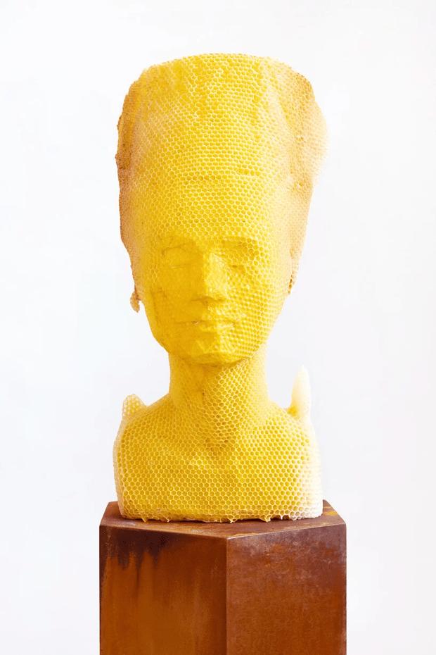 Фото №2 - Бюст Нефертити из пчелиных сот