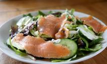 И салат, и омлет, и блины: интересные рецепты с копченым лососем
