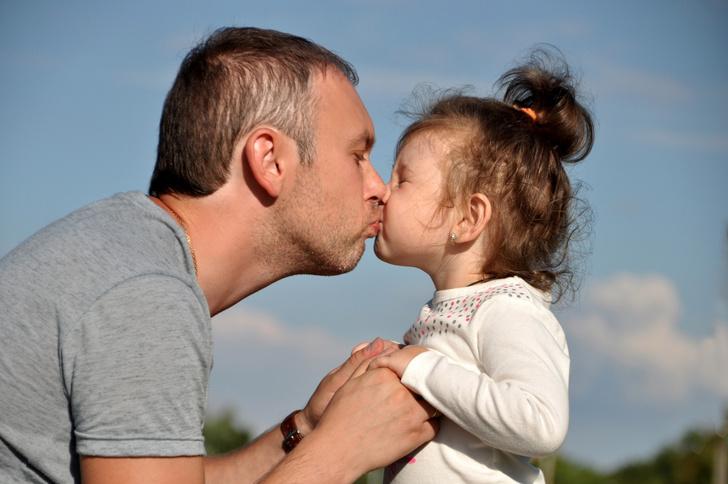 Фото №1 - Спорный вопрос: можно ли целовать ребенка в губы