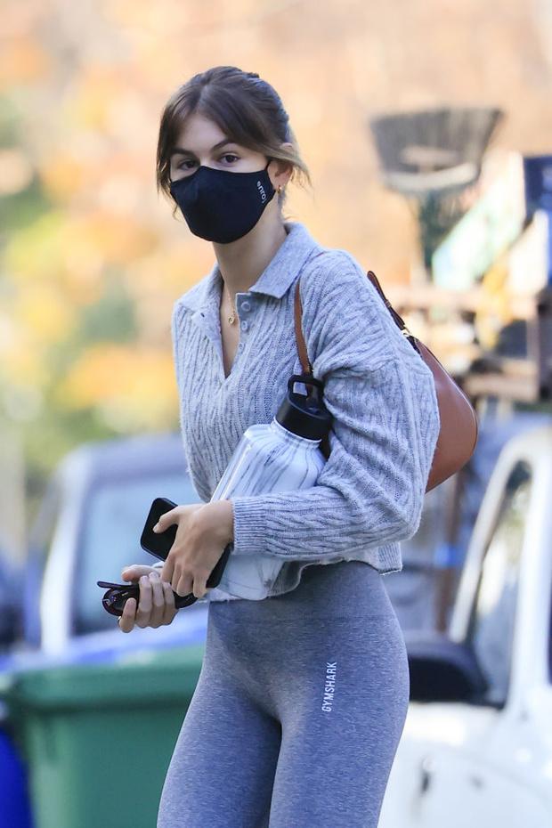 Фото №2 - Кайя Гербер доказывает, что легинсы и ботинки Ugg— самое стильное и комфортное сочетание