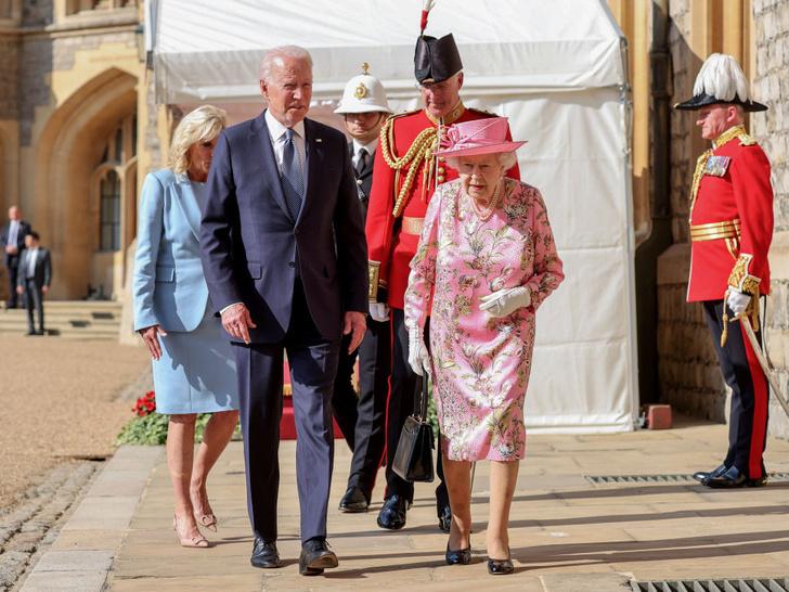 Фото №5 - Двойной провал: как президент Байден нарушил протокол во время встречи с Королевой