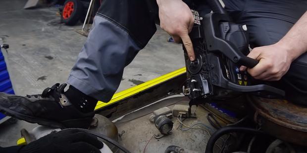 Фото №1 - Русские автоумельцы проверили, можно ли зарядить аккумулятор бензопилой (видео)
