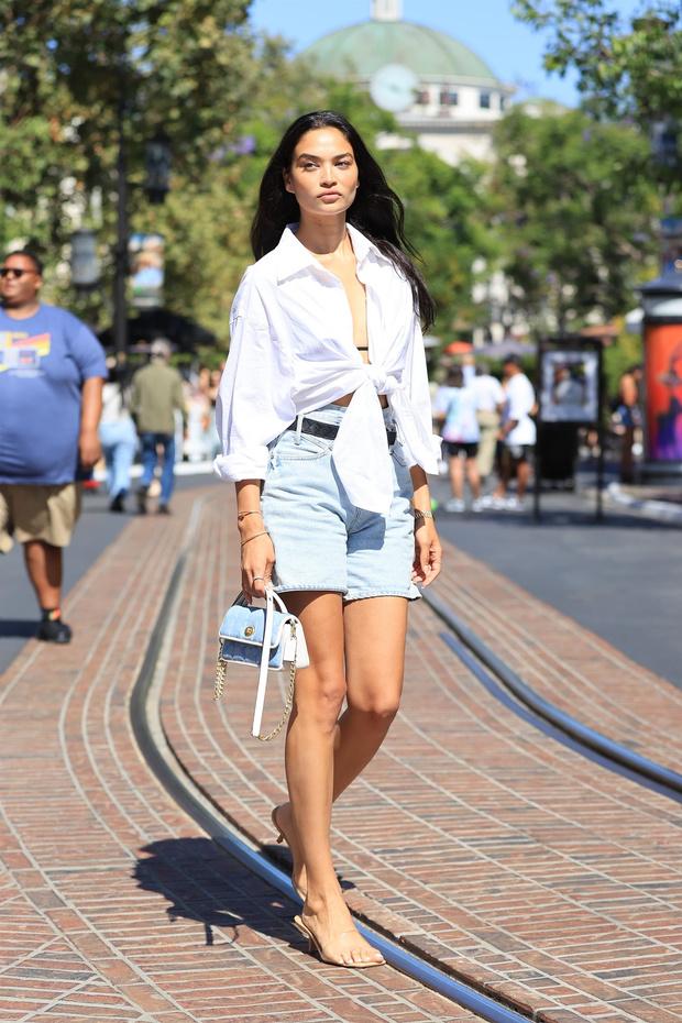 Фото №2 - Джинсовые шорты правильной длины— лучшая покупка лета: с чем их носить показывает модель Шанина Шейк