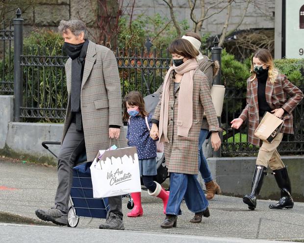 Фото №3 - Очень редкие фотографии: Милла Йовович с мужем и дочками в Ванкувере