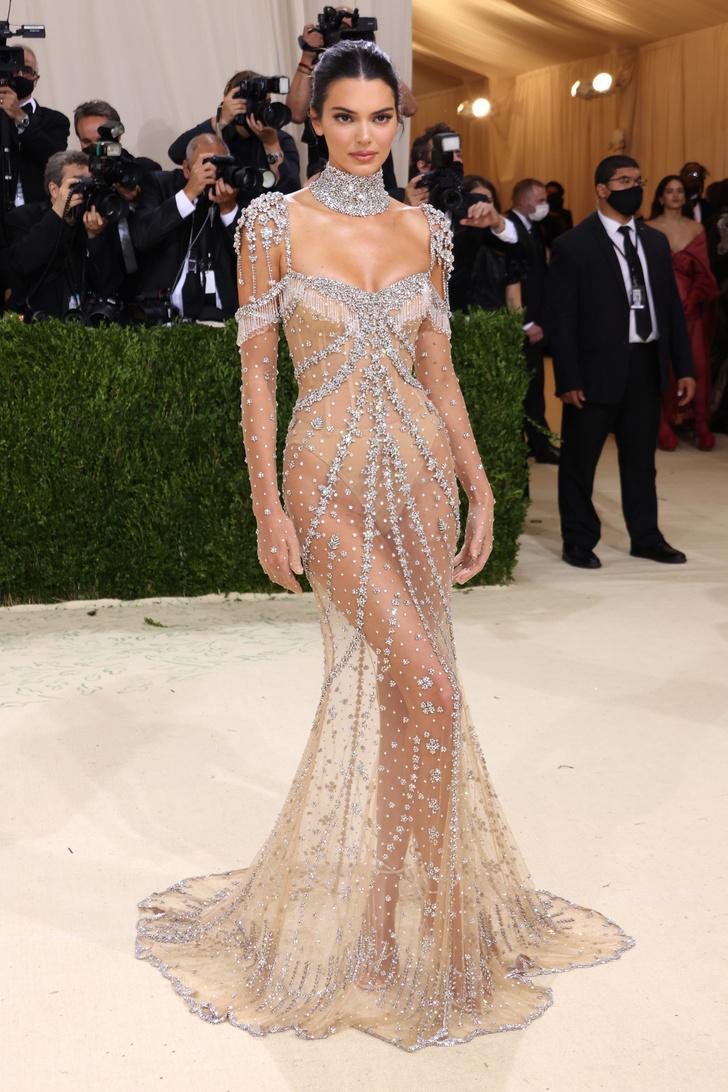 Фото №1 - Именно так выглядит роскошь: Кендалл Дженнер в «голом» платье Givenchy, расшитом миллионами сверкающих кристаллов