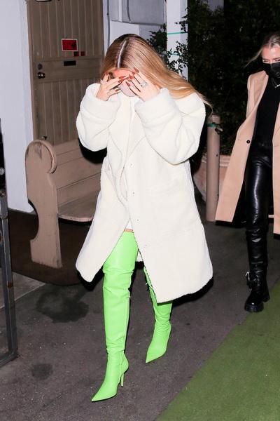 Зеленое нечто: Кайли Дженнер показала самые нелепые секси-ботфорты
