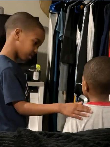 Фото №2 - Психолог с пеленок: посмотрите, как шестилетка умело успокаивает брата