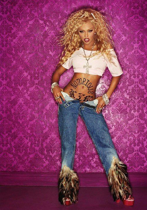 Фото №3 - Винтажные джинсы с перьями за 15 тысяч долларов, которые носит Рианна. Плюс— огромная меховая шляпа