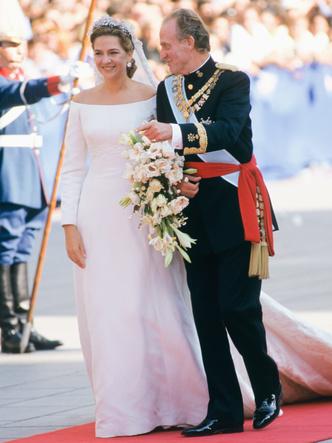 Фото №31 - Платья-близнецы: 15 слишком похожих свадебных нарядов королевских особ