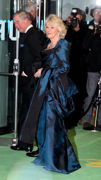 Фото №14 - Как королевские особы одеваются на кинопремьеры: самые роскошные выходы, которые вошли в историю