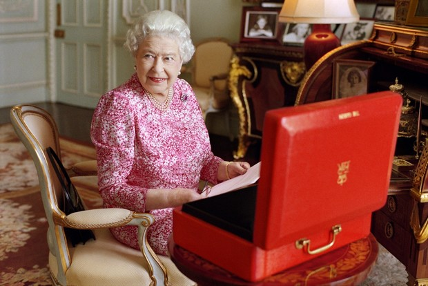 Фото №3 - Завтрак в одиночестве, 300 писем в день и ванна вместо чая: как проходит обычный день Елизаветы II