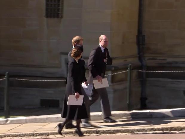 Фото №4 - Напряжение и прощение: о чем говорит язык тела Гарри и Уильяма на похоронах принца Филиппа