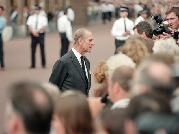 Фото №2 - Неожиданная опора: как принц Филипп поддерживал внуков после гибели Дианы