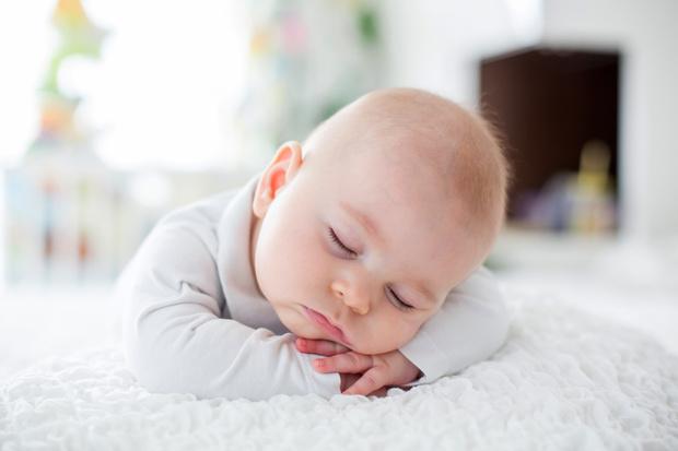 почему нельзя снимать спящих младенцев