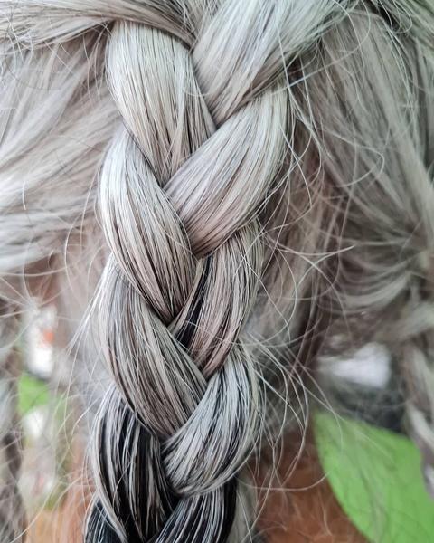 Фото №1 - Ранняя седина: почему волосы могут поседеть в любом возрасте