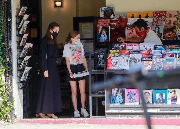 Фото №1 - Новый черный Анджелины Джоли— с длинным рукавом и по щиколотку
