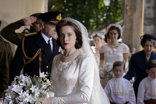 Фото №6 - От свадебных платьев до роскошных мехов: какие образы Виндзоров повторили в сериале «Корона»
