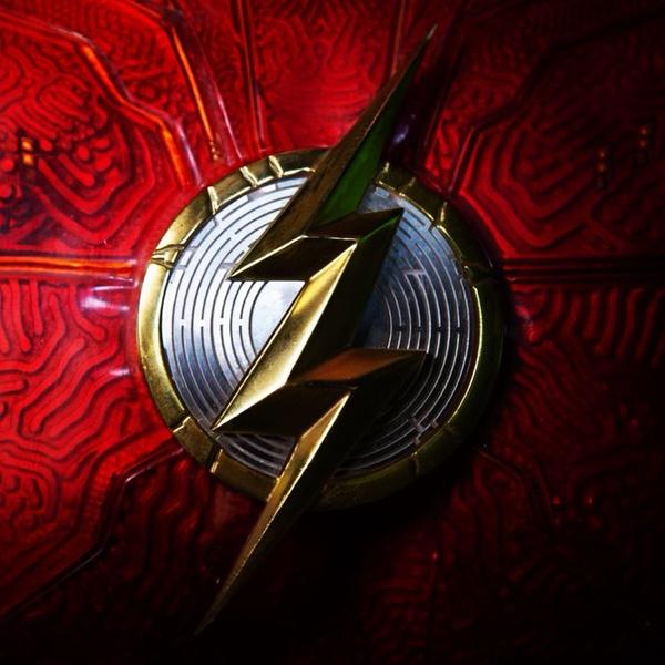 Фото №1 - Режиссер фильма «Флэш» с Эзрой Миллером показал новый логотип героя