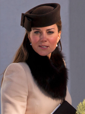 Фото №22 - Теплый прием: как герцогиня Кейт носит шарфы