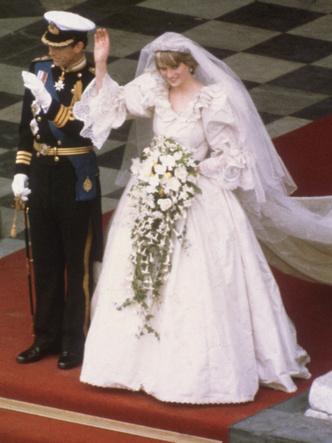 Фото №5 - Зачем Диана заказала сразу два букета невесты к свадьбе с Чарльзом