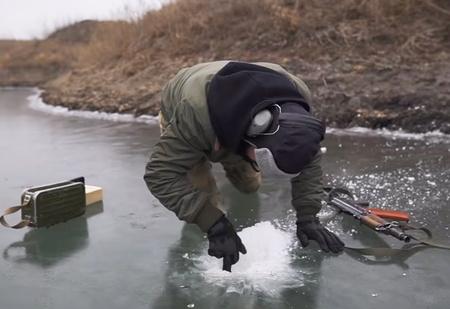 Кто лучше прострелит лунку для рыбалки— пистолеты Макарова и Стечкина или укороченный «Калашников»? Эксперимент с сюрпризами (видео)