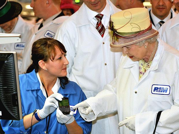Фото №3 - Забавная причина, почему Королева не пользуется мобильным телефоном