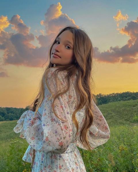 Фото №1 - Лук дня: Лиза Анохина в романтичном платье с цветочным принтом 😍