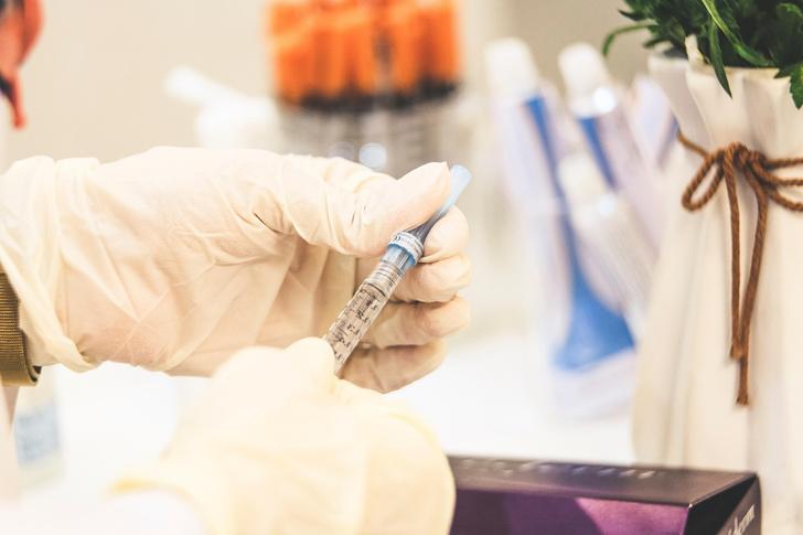 Фото №1 - Мужчина, первым в мире получивший одобренную вакцину от COVID-19, умер от инсульта