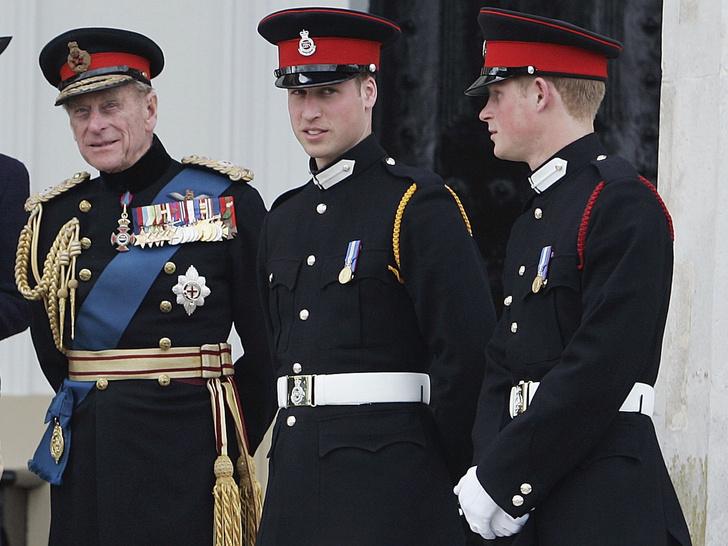 Фото №2 - Крепкое плечо: как принц Филипп помог Королеве справиться с самым тяжелым кризисом монархии