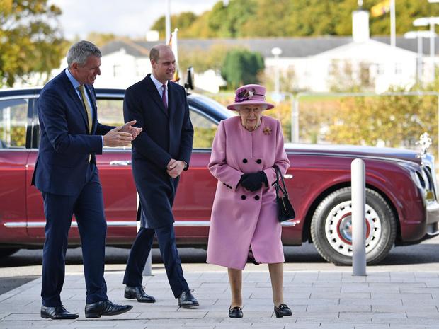 Фото №3 - Стильный наряд и любимый внук рядом: как прошел первый выход Королевы после карантина