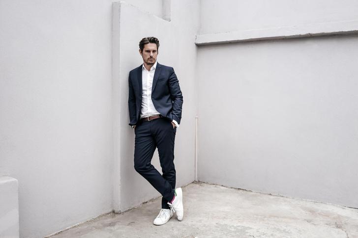 Серый костюм с кедами или ботинками