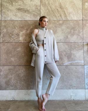 Фото №1 - Два в одном: Роузи Хантингтон-Уайтли показывает домашний костюм, который можно носить на работу