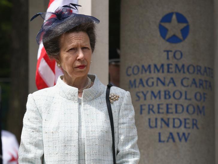 Фото №1 - Еще одно правило королевского протокола, которое нарушила принцесса Анна