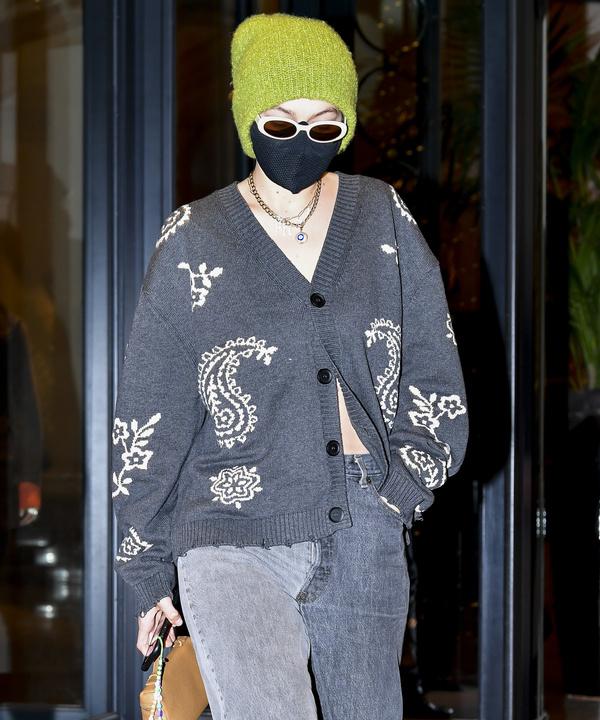 Кардиган + необычные джинсы: идея комфортного и эффектного образа от Джиджи Хадид