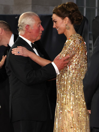 Фото №4 - «Золото» за стиль: новый и по-настоящему королевский выход Кейт (не обошлось без «привета» Меган)