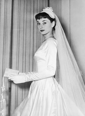Фото №2 - По расчету: культовые свадебные платья звезд, выставленные на торги