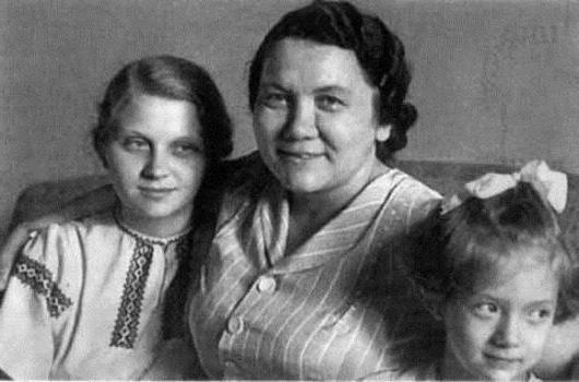 Фото №17 - Обманчивая внешность: все о жизни Валерии Голубцовой и Нины Кухарчук — сильных женщинах, которые незаметно правили страной руками своих мужей