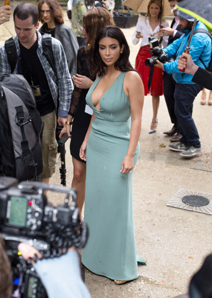 Фото №2 - Стиль звезд: Ким Кардашьян с откровенным декольте