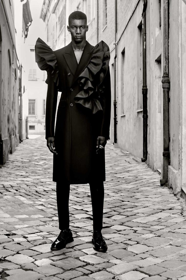 Фото №2 - Самые поэтичные костюмы (и одно платье!) в мужской коллекции Alexander McQueen Spring 2022