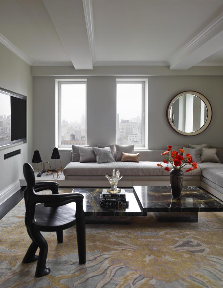 Фрагмент гостиной. Ковер от ABC Carpet & Home изготовлен на заказ.