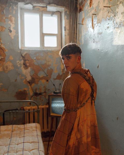 Фото №5 - Одиночество в дурдоме: сумасшедшая фотосессия Артура Бабича 🤯