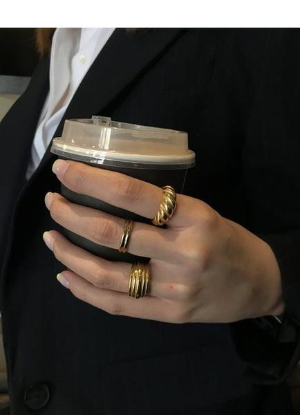 Фото №3 - Фэшн-тренд из TikTok: как носить много колец на одной руке и не выглядеть стремно