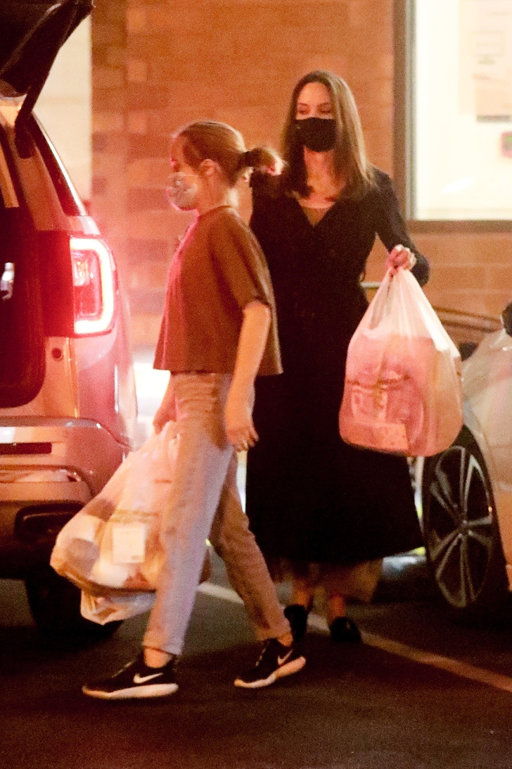 Фото №2 - Даже во время шопинга Анджелина Джоли выглядит как героиня нового фильма про шпионов
