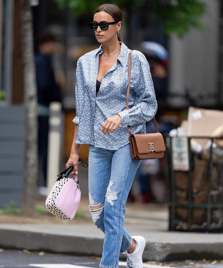 Фото №1 - Формула успеха Ирины Шейк: отправляясь на прогулку в шелковой блузке, оставьте четыре верхние пуговицы расстегнутыми